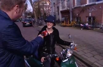 Stacey Rookhuizen op haar Ebretti naar AT5 interview